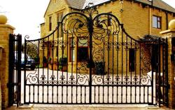 wrought iron gates design in top curved arch for bungalow