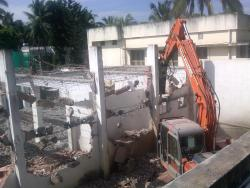 old building demolishing work through machine